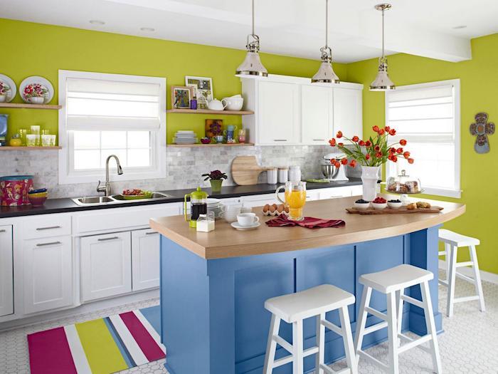 eine farbenfrohe offene Küche in Shabby Chic Stil mit drei weiße Hocker