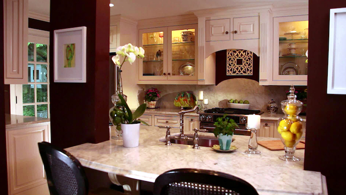 eine offene Küche mit vielen verschiedenen Dekorationen - Vasen, Blumentöpfe und Früchte