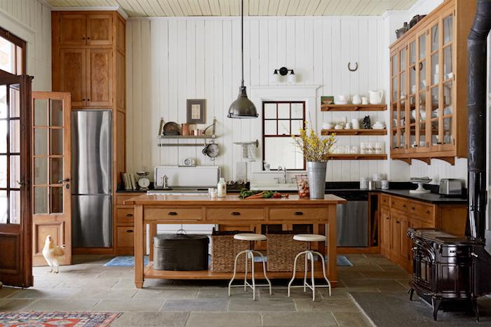Wohnküchen mit Hocker und hohe Tische, alles aus Holz mit einem Ofen