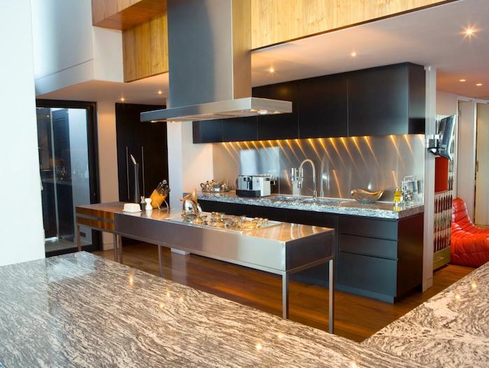 Wohnküchen mit Marmor Arbeitsplatte und schwarze Regalen, glänzender Tisch