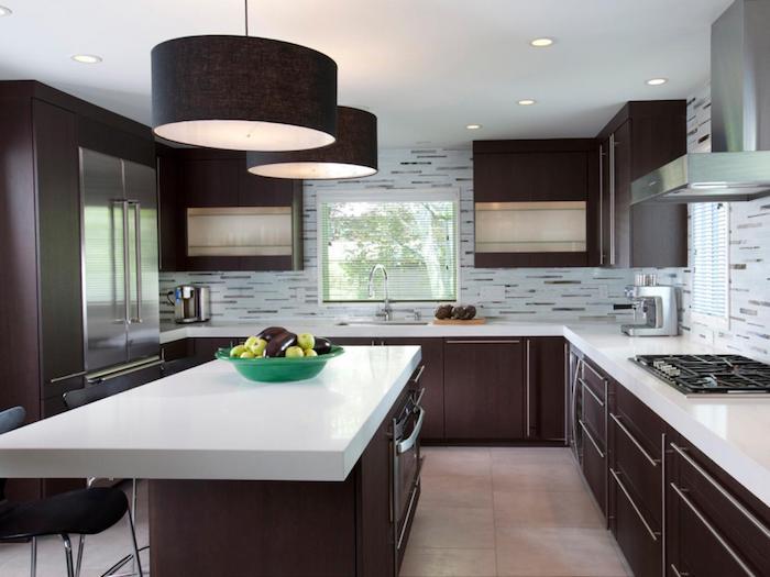 weiße Arbeitsplatte mit drei schwarzen Stühlen und moderne Lampen - Wohnküchen