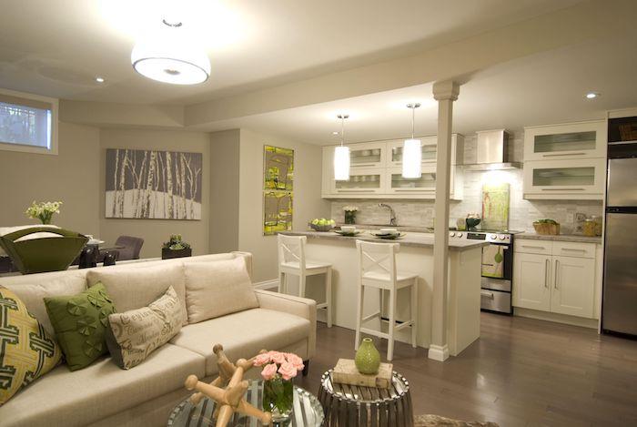 Offene Küche Mit Wohnzimmer Mit Weißem Sofa Und Bunte Kissen, Zwei Weiße  Stühle