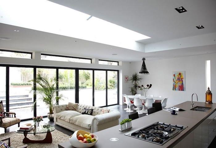 Offene Küche mit Wohnzimmer nach dem letzten Trends ausgestattet