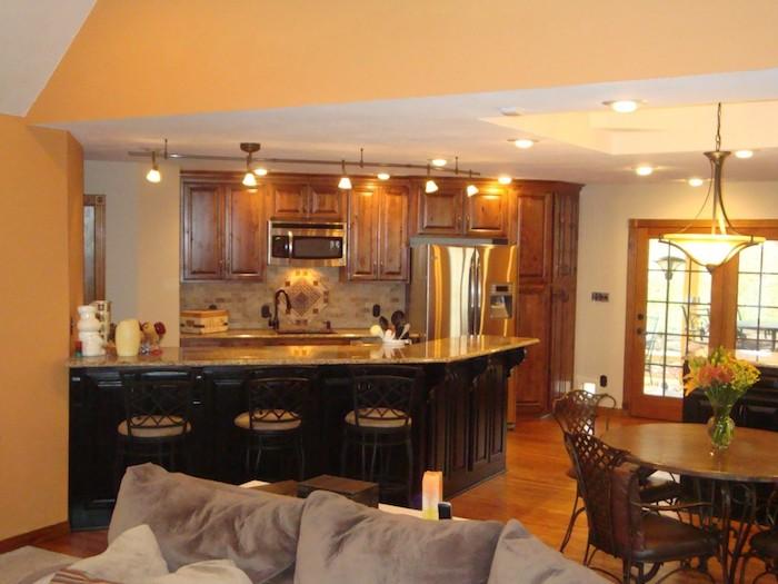 Offene Küche mit Wohnzimmer in Einzimmerwohnung, wo alles kompakt ist