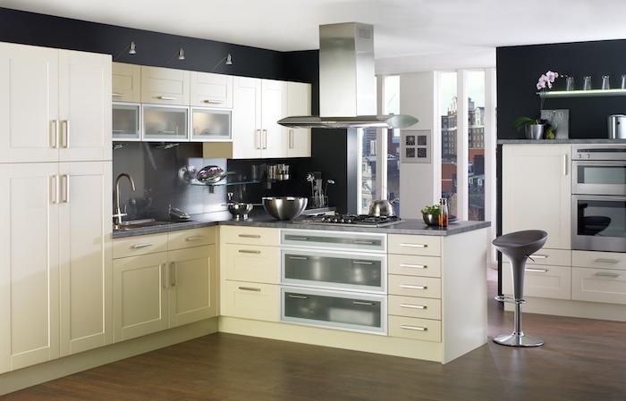 weiße Schränke und weiße Schubladen und Regalen, moderner Hocker, Wohnküchen