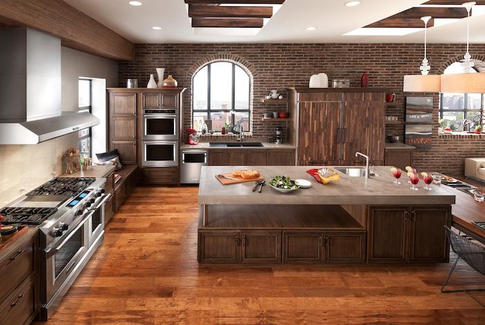 offene Küche mit Wohnzimmer, eine Platte aus Marmor auf der Kochinsel, Möbel aus Holz