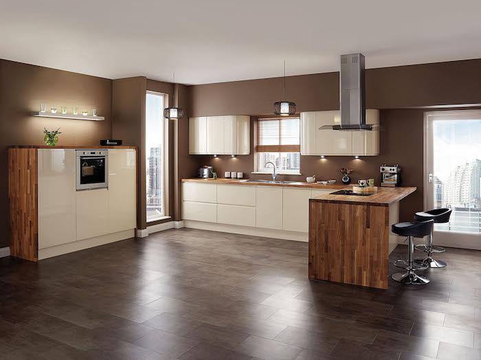 Eine Kombination zwischen Braun, Holz und Weiß mit indirektem Licht - Wohnküchen