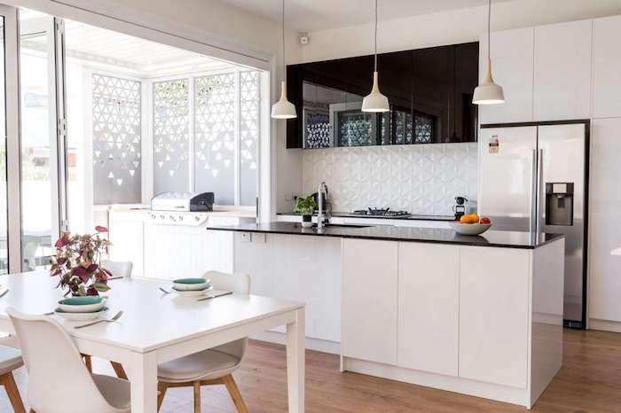 Offene Küche mit Esszimmer, eine schwarz-weiße Kombination von Einrichtung