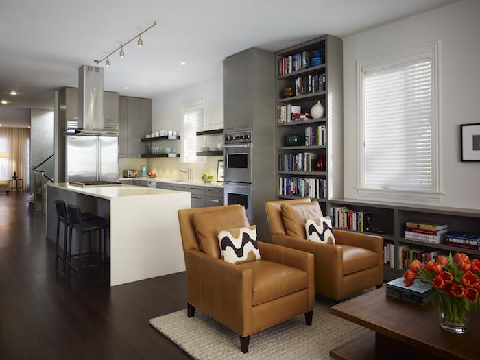 Offene Küche mit Wohnzimmer Leder Möbel und Tulpen in Vase als Dekoration