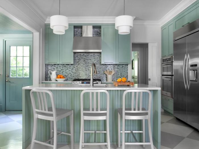 grüne Farbe von der Küche und weiße Stühle und Lampen - Wohnküche Ideen