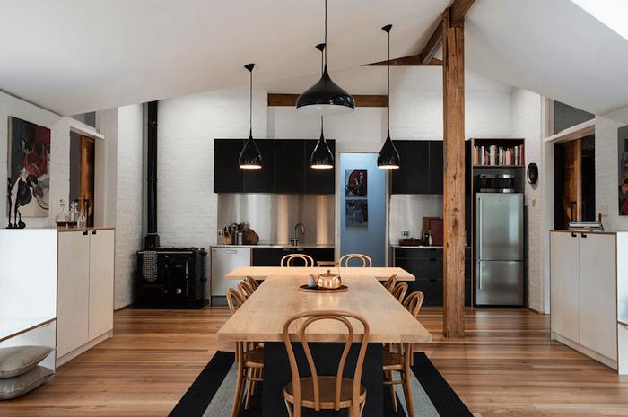 ein Tisch mit der Form von T mit 9 Stühle, schwarze Lampen - Wohnküche Ideen
