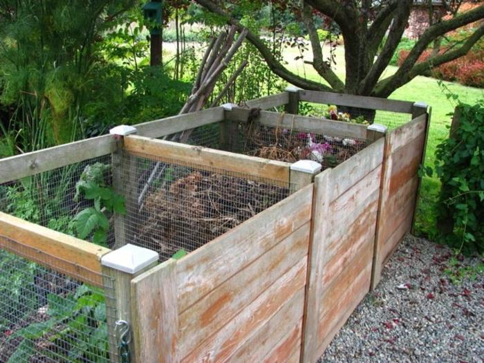 hier zeigen wir ihnen eine tolle idee zum thema komposter selber bauen - hier sind drei große komposter in einem garten mit bäumen