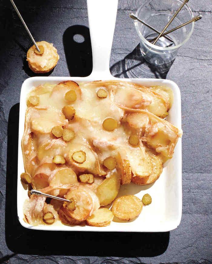 raclette zutaten einfach und schnell zum zubereiten kartoffeln käse und frische gurken
