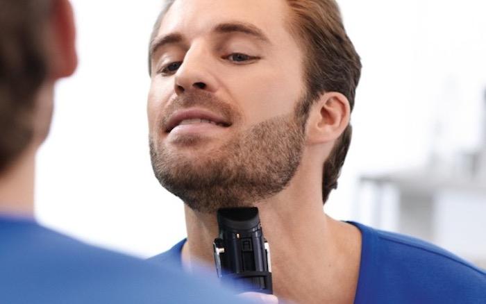 3-Tage-Bart pflegen, blaues T-Shirt, Mann mit roten Haaren, Spiegel, Rasierer