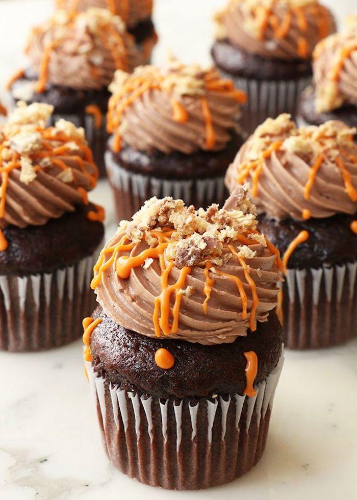 halloween muffins mit schokolade dekoriert mit sahne und oranger buttercreme