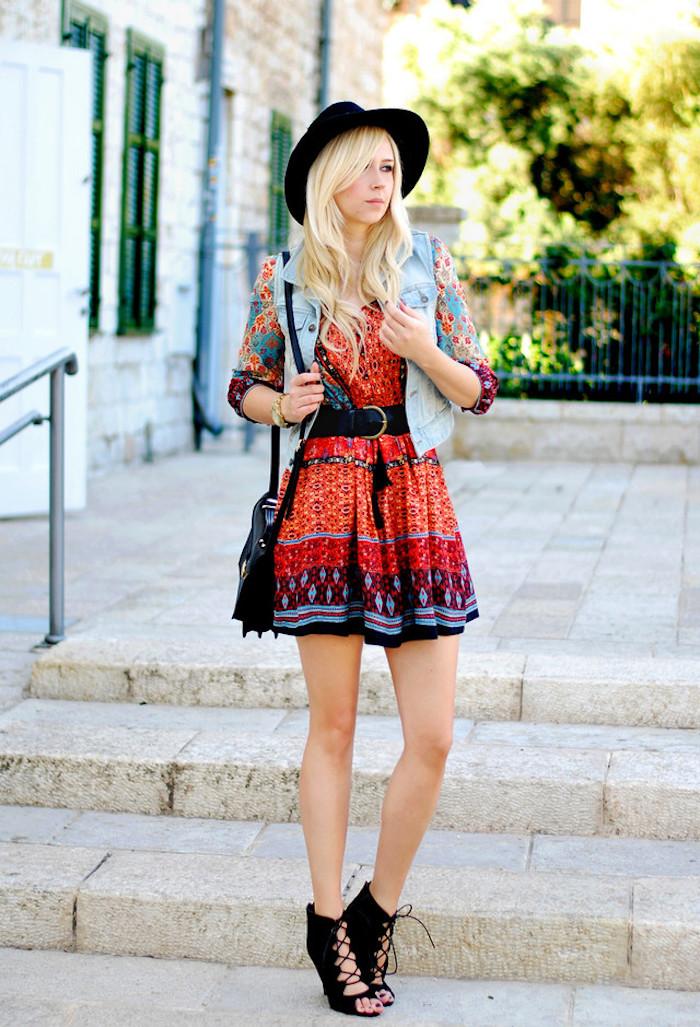 boho chic, kurzes buntes kleid mit ärmeln, sommer outfit