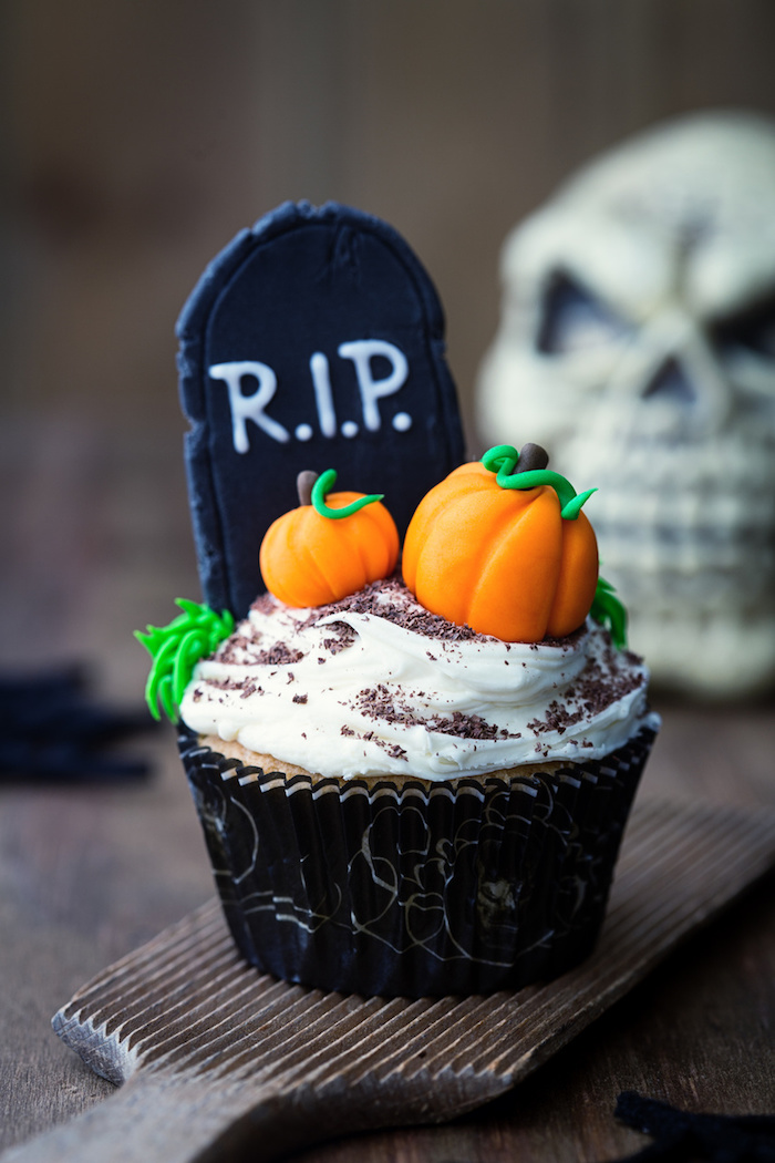halloween muffins-grab dekoriert mit kürbissen aus fondant