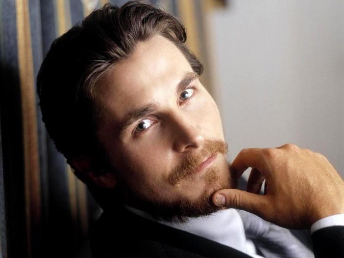 Christian Bale mit Hollywoodian, langer Vorhang mit blauen und goldenen Streifen