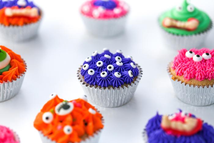 halloween muffins-ungeheuer, venille cupcakes dekoriert mit buttercreme