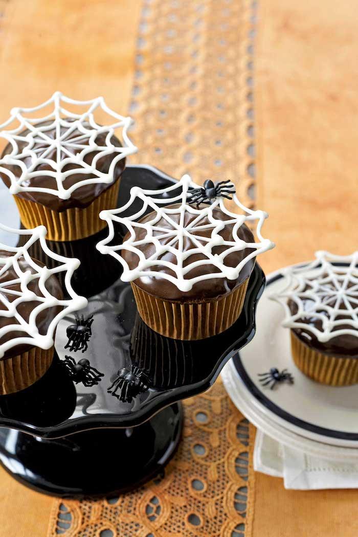 halloween gebäck dekoriert mit spinnweben aus weißer schokolade