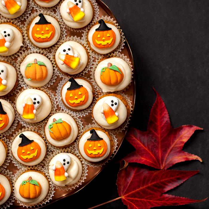 rezepte für halloween, cupcakes mit kürbissen und gespenstern aus fondant