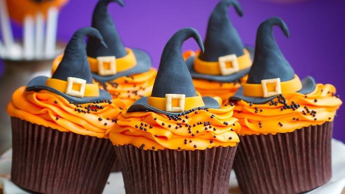 halloween gebäck mit schokolade, hexenhüte aus fondant