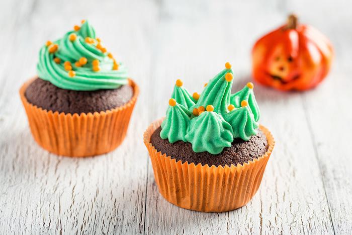 halloween muffins mit schokolade verziert mit grüner sahne