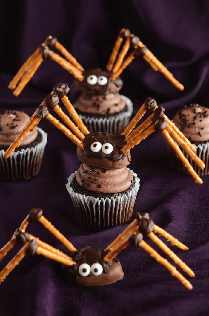 muffins dekorieren, spinnen aus pralinen mit beinen aus saltstangen