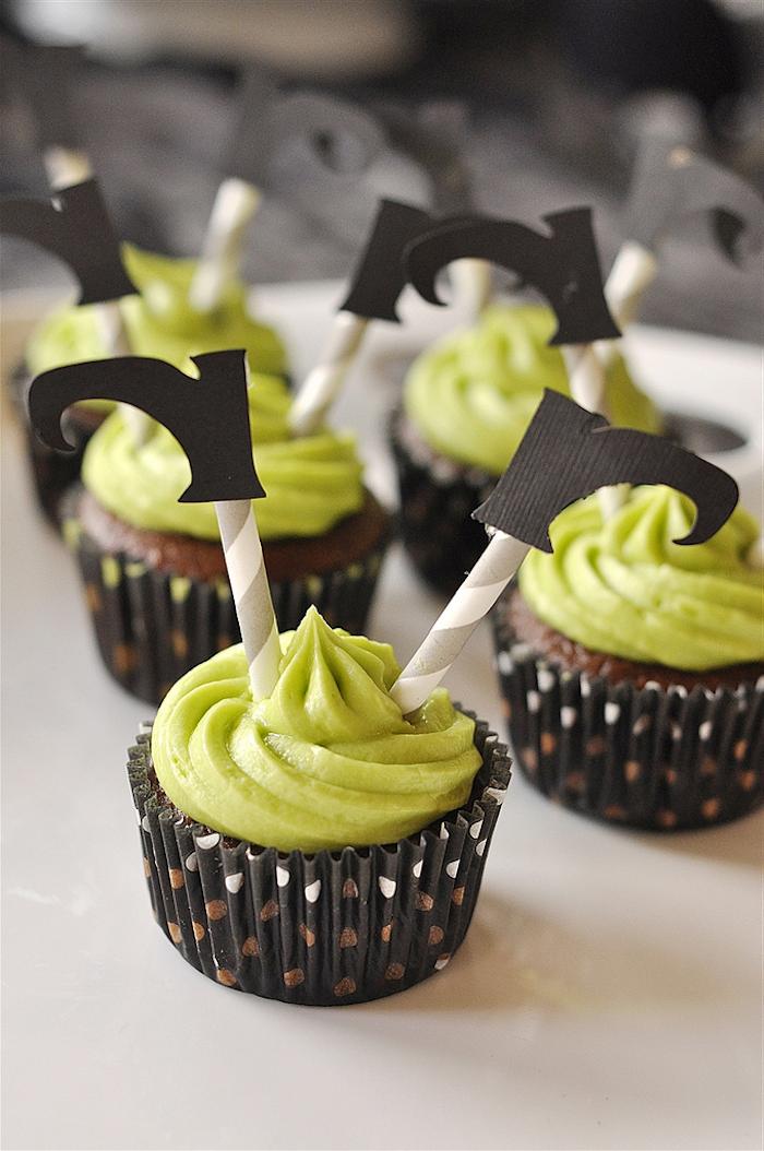 muffins dekorieren, schokolade-cupcakes mit grüner sahne