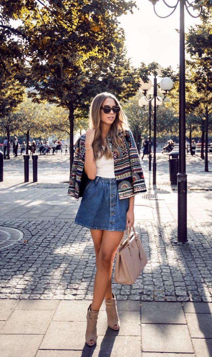 boho style, jeansrock kombiniert mit weißer bluse und buntem mantel