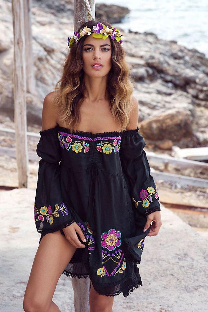 schwarzes kleid mit blumen in boho style, lässige sommerfrisur