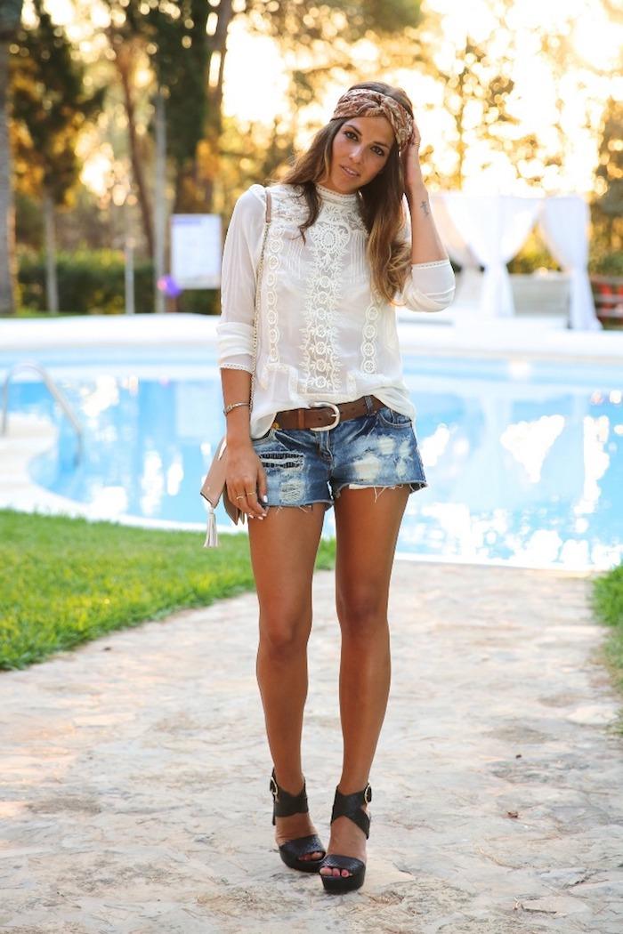 boho style, kurze jeans in kombination mit weißer bluse und schwarze schuhe