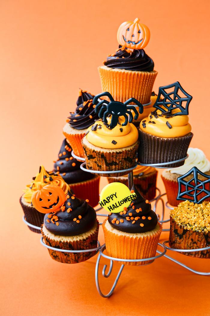 muffins dekorieren für halloween, cupcakes dekoration aus fondant und sahne