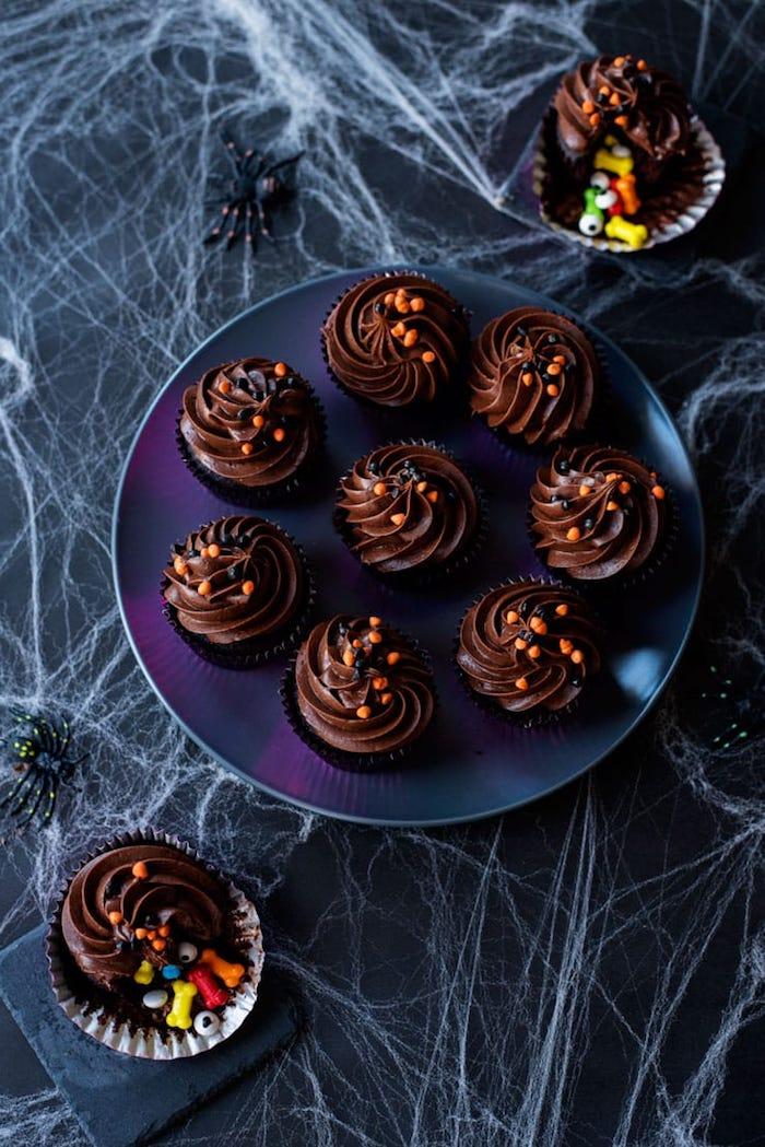 muffins dekorieren, schokolade-cupcakes dekoriert mit sahne und streuseln