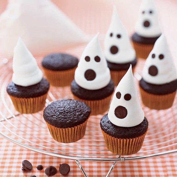 muffins dekorieren, kleine cupcakes in form von gespenster