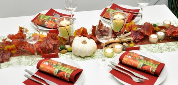 Herbstliche Tischdekoration, Kürbisse und Herbstblätter, herbstliche Nuancen, romantische Atmosphäre