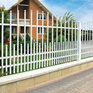 Zaun und Gartentor - Übergang von der Straße ins private Paradies