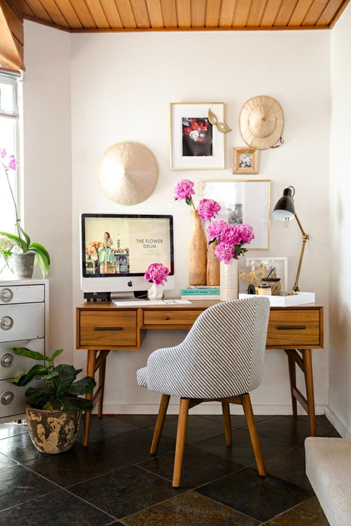 Arbeitszimmer einrichten, Retro Möbel, Schreibtisch aus Holz, grauer Stuhl, Wanddeko und Vasen mit Pfingstrosen