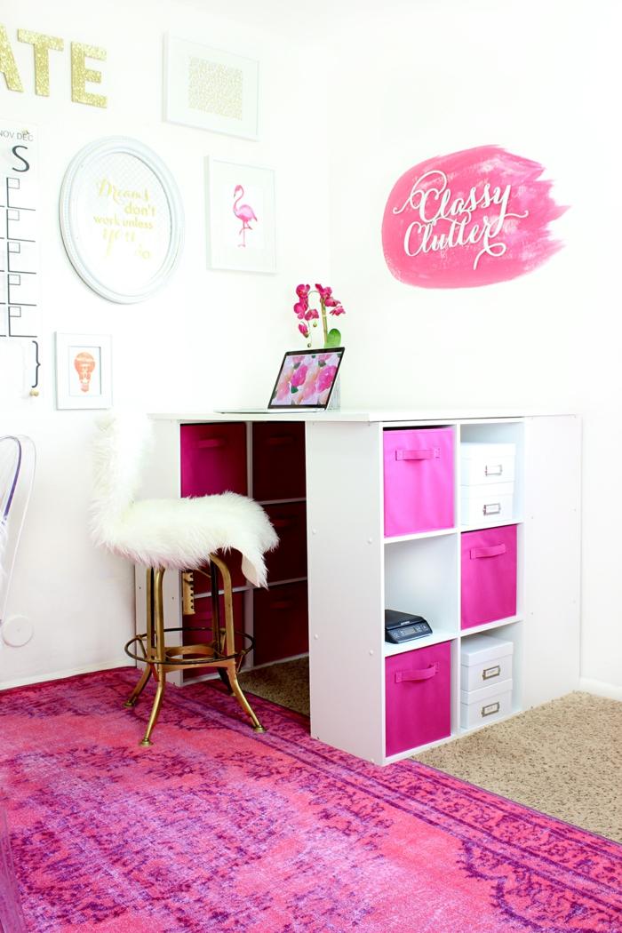 Arbeitszimmer in Pink und Weiß, Stuhl, mit Pelz bedeckt, viele Schubladen, Laptop und Orchidee auf dem Schreibtisch