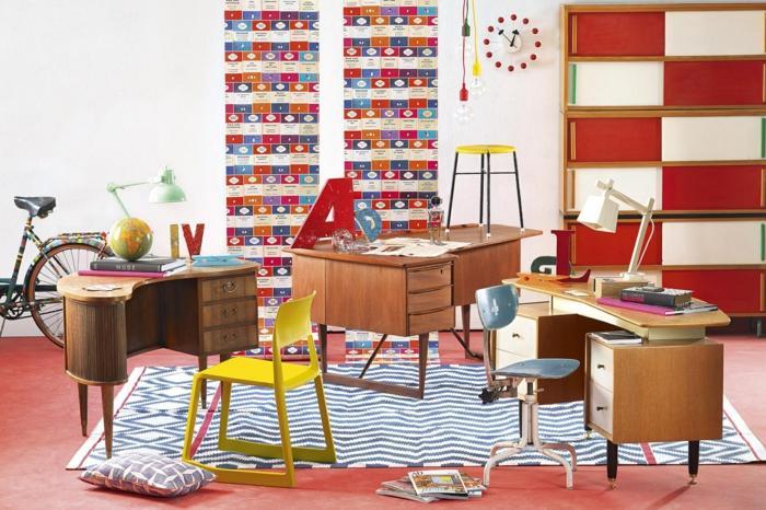 Kinderzimmer Einrichtung, drei kleine Schreibtische, bunte und fröhliche Farben, Schulsachen und Fahrrad in der Ecke