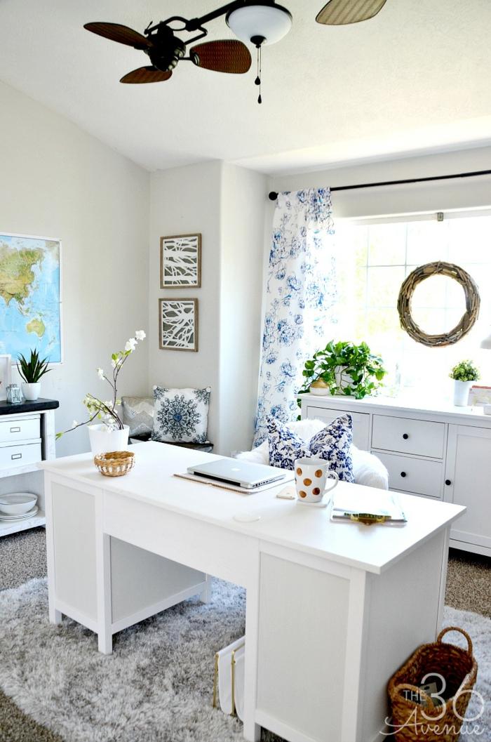 Arbeitszimmer in Weiß, weiß-blaue Vorhänge und Dekokissen, Weltkarte an der Wand, Vintage Kronleuchter