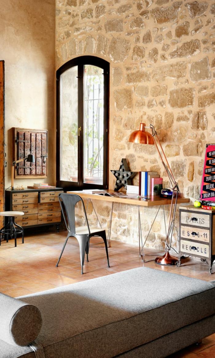 Arbeitszimmer Ideen, Vintage Einrichtung, Möbel aus Massivholz, graues Sofa, großes Fenster