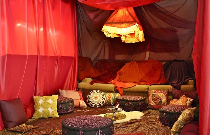 bodenkissen deko ideen sitzecke zum entspannen zu hause tolle idee rote einrichtung