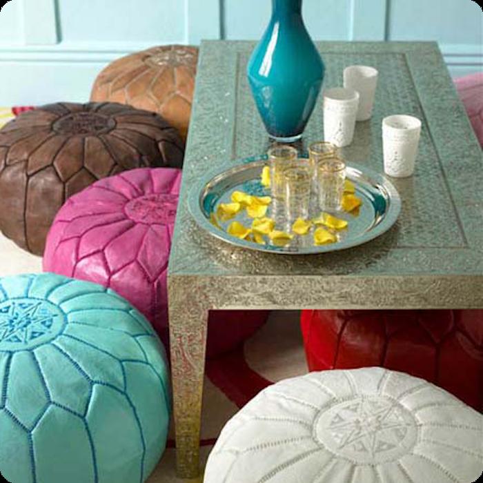 bodenkissen idee bunte verkleidung türkis zyklame braun weiß vase auf dem tisch