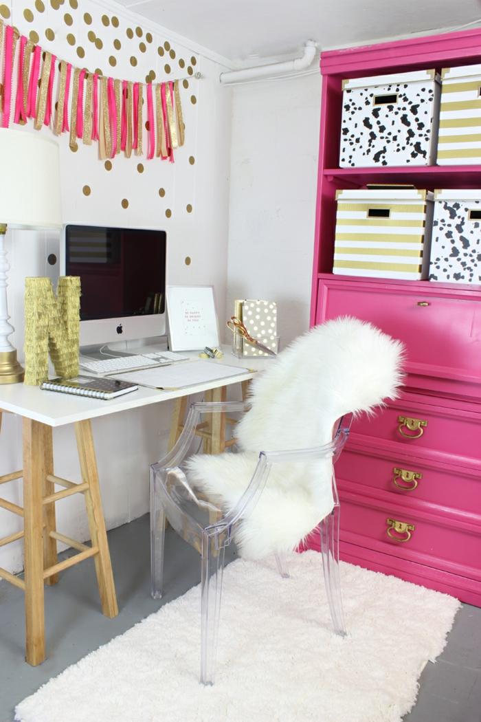 Arbeitszimmer Einrichtung, rosafarbener Schrank, Kunststoffstuhl, bedeck mit Pelz, goldene Wanddeko