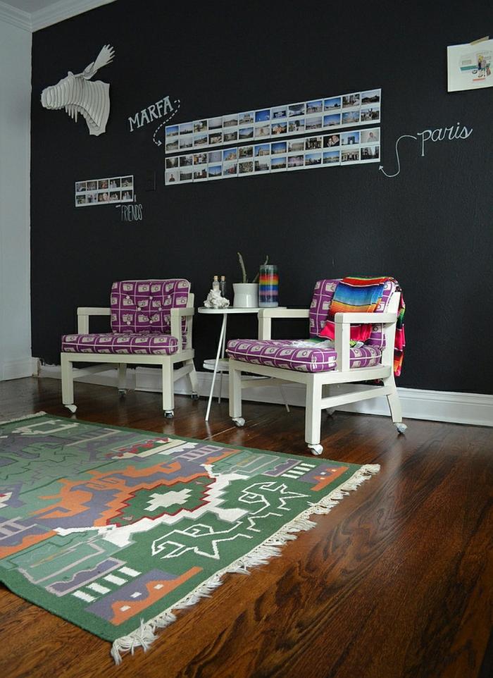 Arbeitszimmer Einrichtung, weiße Holzstühle mit lila Kissen, bunter Teppich, Wand mit Tafelfarbe, Fotos an der Wand