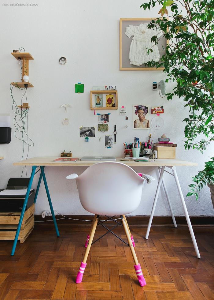Arbeitszimmer in Vintage Stil, Schreibtisch aus Holz, Stuhl mit rosafarbenen Strümpfen, Fotos, Notizen und Babykleidung an der Wand