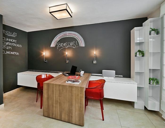 Arbeitszimmer Ideen, Schreibtisch aus Massivholz, rote Kunststoffstühle, Wand in Tafelfarbe
