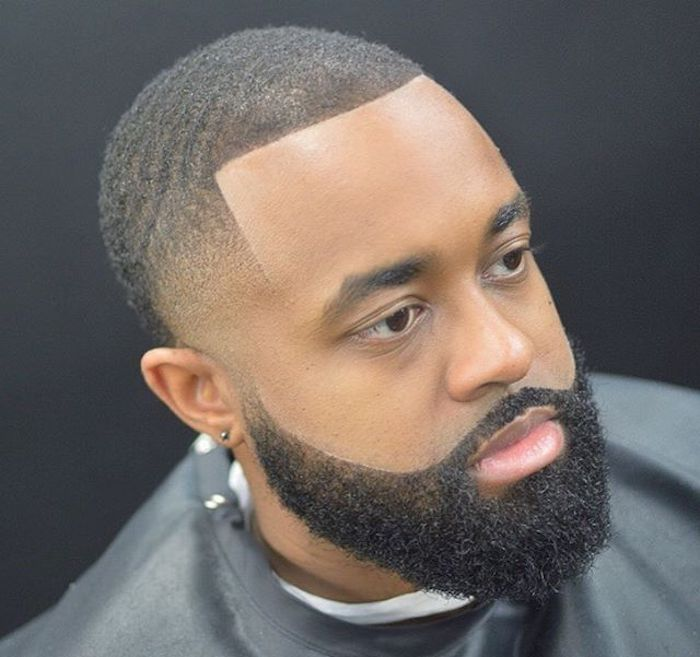 sehr kurze Haare, Fade Schnitt mit streng definierten Konturen, Männerohrring