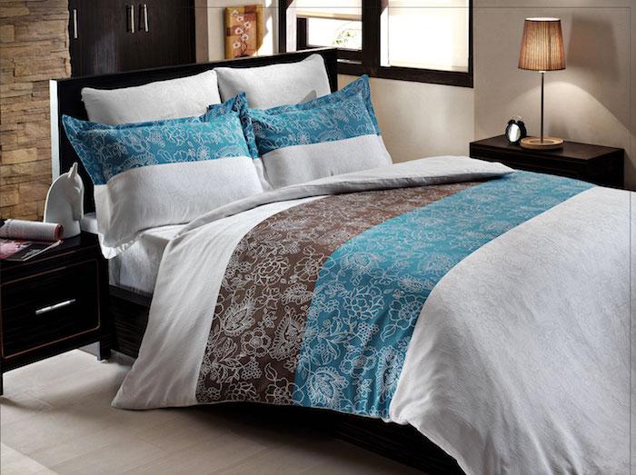 kleines Zimmer mit Doppelbett, eingebauter Kleiderschrank, Wandverkleidung